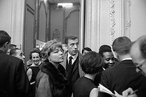 Roger-Viollet   947999   Yves Montand (1921-1991) and Simone Signoret (1921-1985), French actors, during the night of the American presidential elections. Paris, Novembe, 1964. Photograph by Georges Kelaïditès (1932-2015).   © Georges Kelaïditès / Roger-Viollet