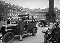 Roger-Viollet | 948019 | Paris - Taxi, place Vendôme | © Maurice-Louis Branger / Roger-Viollet