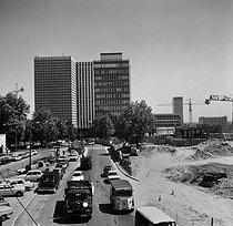 Roger-Viollet | 950805 | District of Paris-La-Defense (Hauts-de-Seine). At the extreme-left, the Europe tower (architects : Jean-Robert Delb, Michel Chesneau and Jean Verola). June 1970. | © Roger-Viollet / Roger-Viollet