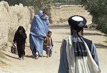 Roger-Viollet   953886   Second war in Afghanistan between the USA and the Northern Alliance against the Taliban following the September 11, 2001 attacks. Women wearing the burqa with their children in Debali near the front line. Afghanistan, September-October 2001.   © Jean-Paul Guilloteau / Roger-Viollet