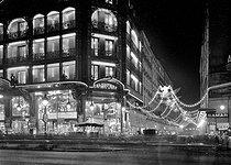 Roger-Viollet | 955605 | Paris. The  La Samaritaine  shop illuminated, at night. Christmas. 1934. | © Jacques Boyer / Roger-Viollet