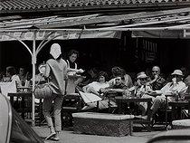 Roger-Viollet | 957435 | Terrace of the famous Café Sennequier. Fashion inspired by Brigitte Bardot. Saint-Tropez (Var), 1959. Photograph by Janine Niepce (1921-2007). | © Janine Niepce / Roger-Viollet