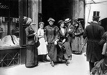 Roger-Viollet | 959484 | Dressmakers leaving the Paquin couture house, rue de la Paix. Paris (IInd arrondissement), about 1900. | © Albert Harlingue / Roger-Viollet