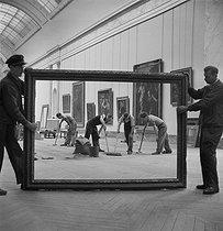 Roger-Viollet   962804   Louvre museum, Paris. Redevelopment works in the Grande Galerie. Paris (Ist arrondissement), 1947. Photograph by Pierre Jahan (1909-2003).   © Pierre Jahan / Roger-Viollet