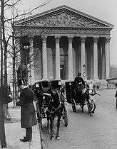 Roger-Viollet | 963580 | Cab station near the Madeleine church. Paris (VIIIth arrondissement), rue Royale, circa 1900. | © Roger-Viollet / Roger-Viollet