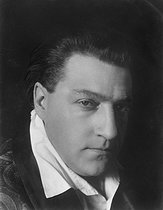Roger-Viollet | 966490 | Sacha Guitry (1885-1957), actor, film-maker and French writer. Paris, about 1920. | © Pierre Choumoff / Roger-Viollet