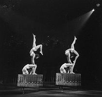 Roger-Viollet | 969539 | Cirque-acrobates. | © Gaston Paris / Roger-Viollet