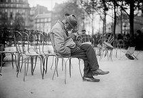 Roger-Viollet | 970222 | Parisian tramp | © Maurice-Louis Branger / Roger-Viollet