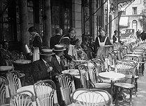 Roger-Viollet | 971530 | Waitresses in a Parisian café | © Maurice-Louis Branger / Roger-Viollet