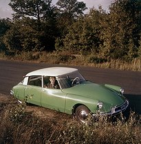 Roger-Viollet | 976558 | Citroën ID 19 car. France, early 1960's. | © Roger-Viollet / Roger-Viollet