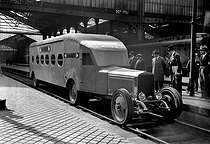 Roger-Viollet | 977633 | Railcar driven by Mr Michelin who made the Paris-Deauville course in 1h45, in 1931. Paris, gare Saint-Lazare. | © Albert Harlingue / Roger-Viollet