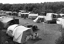 Roger-Viollet | 977692 | Vaux-sur-Mer (Charente-Maritime). The campsite, about 1955. CAP - 1514A | © CAP / Roger-Viollet