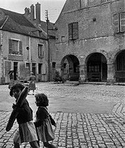 Roger-Viollet | 979382 | The medieval village of Noyers (Yonne). Photograph by Janine Niepce (1921-2007). | © Janine Niepce / Roger-Viollet