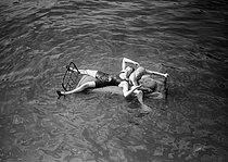 Roger-Viollet | 981366 | Paris - Bed floating on the river Seine | © Maurice-Louis Branger / Roger-Viollet