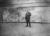 Roger-Viollet | 981493 | Claude Monet (1840-1926), French painter, in front of the  Nymphéas  in the studio of his property in Giverny (Eure), around 1915-1920. | © Pierre Choumoff / Roger-Viollet