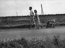 Roger-Viollet | 987787 | Paid holidays. Couple going to the holidays on foot. France, 1936. | © Roger-Viollet / Roger-Viollet