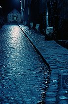 Roger-Viollet | 988716 | Paved street at night, rue de Savies, in the district of Belleville. Paris (XXth arrondissement), circa 1970. Photograph by Léon Claude Vénézia (1941-2013). | © Léon Claude Vénézia / Roger-Viollet