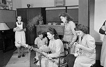Roger-Viollet   989535   Atelier de couture avec femmes. France, 1940-1944. Photographie de René Giton dit René-Jacques (1908-2003). Bibliothèque historique de la Ville de Paris.   © René-Jacques / BHVP / Roger-Viollet