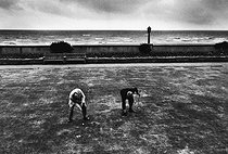 Roger-Viollet | 991828 | Miniature golf. Brighton (England), around 1980. | © Jean-Pierre Couderc / Roger-Viollet