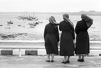 Roger-Viollet | 993102 | Nuns looking at the sea in Brittany. | © Jean-Pierre Couderc / Roger-Viollet