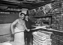 Roger-Viollet | 995413 | Baker putting the bread in the oven. 1913. | © Albert Harlingue / Roger-Viollet