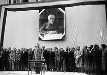Roger-Viollet | 996592 | War 1939-1945. Lamirand, secretary-general at Youth inaugurating the exhibition  the most beautiful job . Paris, April 1941 (under the Marshal Pétain's portrait). | © LAPI / Roger-Viollet