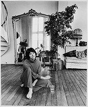 Roger-Viollet | 997205 | Anny Duperey (born in 1947), French actress and novelist, at home. Paris, 1977. | © Bruno de Monès / Roger-Viollet
