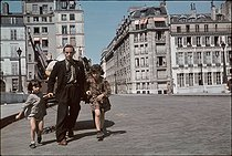 Roger-Viollet | 997359 | World War II. Moving on Spring 1944, Paris. Photograph by André Zucca (1897-1973). Bibliothèque historique de la Ville de Paris. | © André Zucca / BHVP / Roger-Viollet
