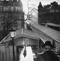 Roger-Viollet   998443   The elevated railway. Paris, 1980.   © Jean-Pierre Couderc / Roger-Viollet