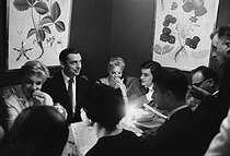 Roger-Viollet | 1003268 | Simone Signoret, Yves Montand, Romy Schneider, Alain Delon and Jean-Claude Brialy (from behind). France, on October 9, 1958. | © Bernard Lipnitzki / Roger-Viollet