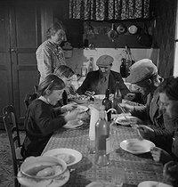Roger-Viollet | 1004778 | France - Family of farmers | © Gaston Paris / Roger-Viollet