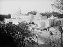 Roger-Viollet | 1005212 | Exposition coloniale. Paris, bois de Vincennes, 1931. Le pavillon d'Algérie, à gauche. | © Roger-Viollet / Roger-Viollet