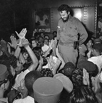 Roger-Viollet | 1005897 | Fidel Castro (1926-2016), Cuban revolutionary and statesman, acclaimed by young people. Cuba, circa 1960. | © Gilberto Ante / Roger-Viollet