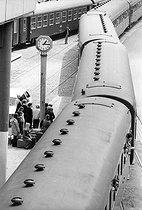 Roger-Viollet | 1005991 | Travellers on a platform. Boulogne-sur-Mer (France), circa 1970. | © Jean-Pierre Couderc / Roger-Viollet