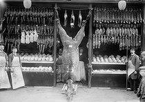 Roger-Viollet | 1007089 | Paris - Butcher's shop | © Maurice-Louis Branger / Roger-Viollet