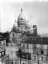 Roger-Viollet | 1007466 | Paris (XVIIIth district). The Tertre place and the basilica of the Sacré-Coeur of Montmartre with the tower under construction, about 1910. | © Léon & Lévy / Roger-Viollet