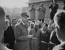 Roger-Viollet | 1008916 | Algerian War of Independence. Cherchell Infantry School. Official visit to the School by the General de Gaulle and the Minister of Defence, Pierre Messmer. Algeria, December 11, 1961. | © Jean-Pierre Laffont / Roger-Viollet