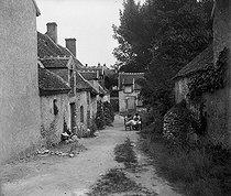 Roger-Viollet | 1009341 | Muides-sur-Loire ( Loir-et-Cher). Alley in the village. On 1904. | © Ernest Roger / Roger-Viollet