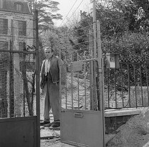 Roger-Viollet | 1009626 | Louis-Ferdinand Céline (1894-1961), French writer. Meudon (France), 1955. | © Bernard Lipnitzki / Roger-Viollet