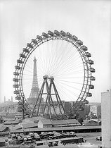 Roger-Viollet | 1012171 | 1900 World Fair in Paris. The ferris wheel. | © Neurdein / Roger-Viollet