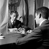 Roger-Viollet | 1012998 | Serge Gainsbourg (1928-1991), French singer-songwriter. Paris, théâtre de l'Etoile, September 1959. | © Studio Lipnitzki / Roger-Viollet