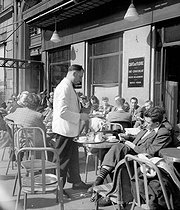Roger-Viollet | 1015247 | Terrace of the café de Flore (VI-th arrondissement). Paris, March, 1949. | © Roger-Viollet / Roger-Viollet