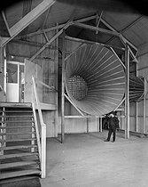 Roger-Viollet | 1015315 | Laboratoire aérodynamique Eiffel, créé par Gustave Eiffel à Paris en 1911. Ajustage d'aspiration de l'air pour les essais de modèles réduits d'avions. | © Jacques Boyer / Roger-Viollet