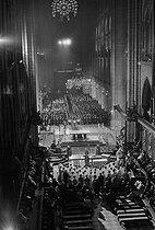 Roger-Viollet | 1015636 | Messe donné à Notre-Dame de Paris célébrant le 1er anniversaire de la mort du général de Gaulle, en présence de Georges Pompidou, son épouse et son gouvernement. 9 novemmbre 1971. | © Jacques Cuinières / Roger-Viollet