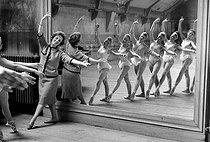 Roger-Viollet | 1018909 | Dance lesson by Paulette Dynalix, French dancer. Paris Opera ballet school, April 1960. | © Bernard Lipnitzki / Roger-Viollet