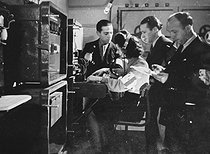 Roger-Viollet | 1019361 | World War II (1939-1945). Paris liberation. Resistance workers from the Rol-Tanguy team listening a transmitting/receiving set in the Denfert-Rochereau station. | © Roger-Viollet / Roger-Viollet