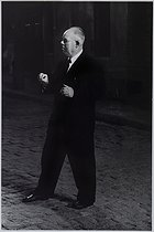 Roger-Viollet | 1021661 | Jean Renoir (1894-1979), French director, on the shooting of  French Cancan  in 1954. Photograph by Jean Marquis (1926-2019). Bibliothèque historique de la Ville de Paris. | © Jean Marquis / BHVP / Roger-Viollet