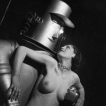 Roger-Viollet | 1022038 | Strip-tease :  le robot . France, vers 1935. | © Gaston Paris / Roger-Viollet