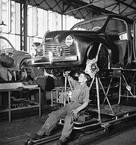 Roger-Viollet   1022510   Renault car factory. Assembly line of 4 CV. Boulogne-Billancourt (Hauts-de-Seine), circa 1946-1948.   © Pierre Jahan / Roger-Viollet