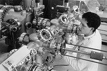 Roger-Viollet | 1022883 | Le CNET. Ingénieur travaillant sur l'épitaxie par jets moléculaires, technologie de dépôt en couches minces. Bagneux (Hauts-de-Seine), 1984. Photographie de Janine Niepce (1921-2007). | © Janine Niepce / Roger-Viollet